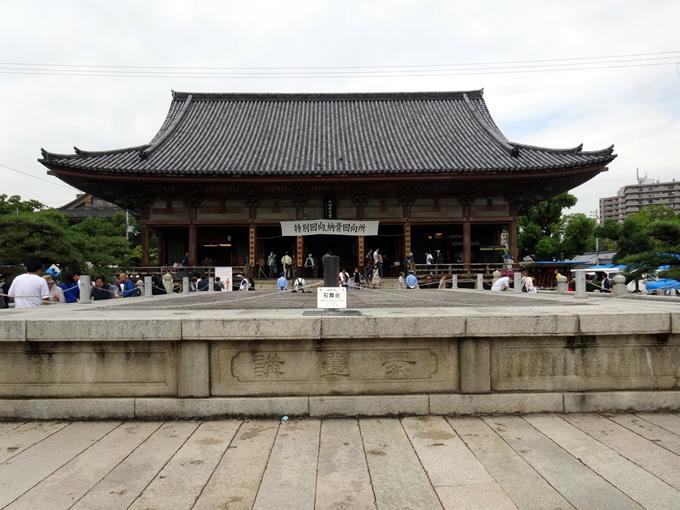 四天王寺の石舞台と六時堂