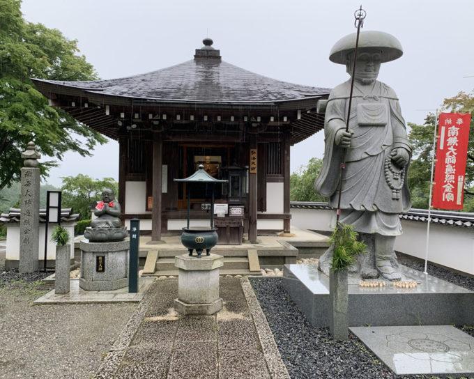 岡寺・大師堂と弘法大師像